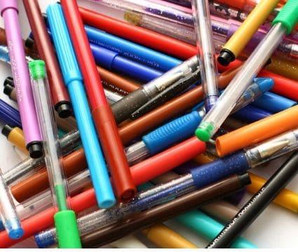 trabajar desde casa montando bolígrafos